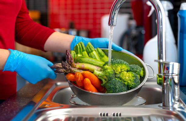 disinfecting groceries during covid-19 coronavirus outbreak - kapustowate zdjęcia i obrazy z banku zdjęć