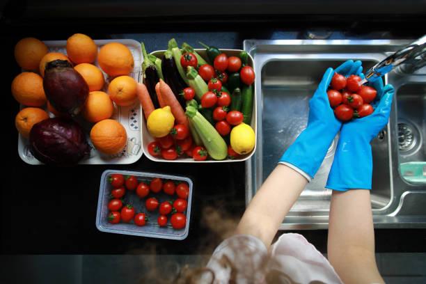 disinfecting groceries during covid-19 coronavirus outbreak - bacinella metallica foto e immagini stock