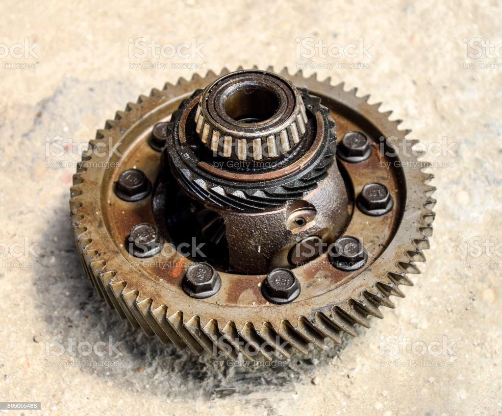 Transmissões de carro caixa desmontada. Engrenagem com rolamentos. As engrenagens no eixo de uma transmissão mecânica. - foto de acervo
