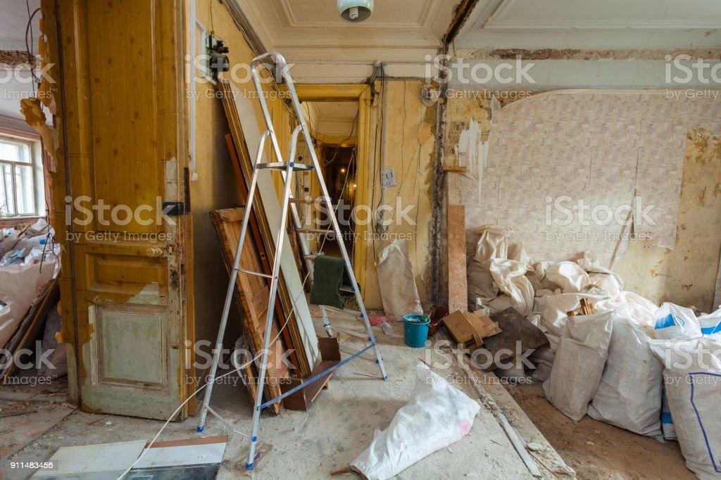 Demontage der Wohnung innen vor dem Upgrade oder Umbau, Renovierung, Erweiterung, Restaurierung, Rekonstruktion und Bau. (Säcke mit Bauschutt und Müll). – Foto