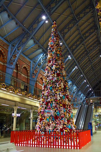 disney ist weihnachtsbaum st pancras london - modernes disney stock-fotos und bilder
