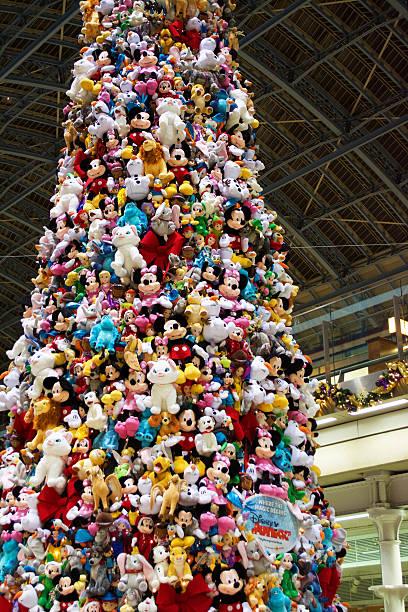 disney ist weihnachtsbaum st pancras london - disney dekorationen stock-fotos und bilder