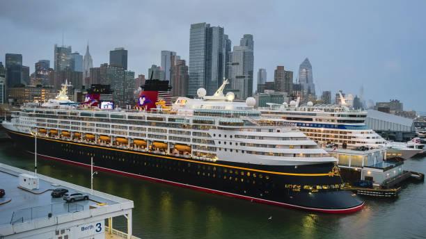 disney magic cruise schiff angedockt in new york - modernes disney stock-fotos und bilder