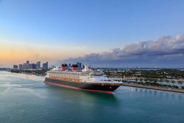 disney magic cruise schiff vom hafen von miami - modernes disney stock-fotos und bilder
