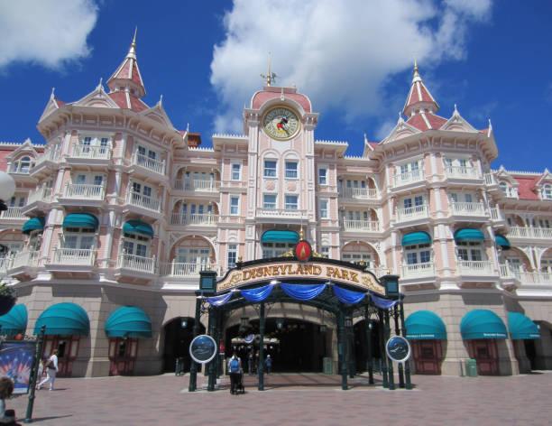 Disneyland park entrance picture id833654194?b=1&k=6&m=833654194&s=612x612&w=0&h=diukuldjgwcnv7fpkvl 7njneqshzbidzgem07dj3fg=