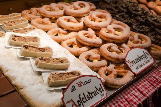 weergave van traditionele donuts te koop op kerstmarkt kraam in oostenrijk - wenen oostenrijk stockfoto's en -beelden
