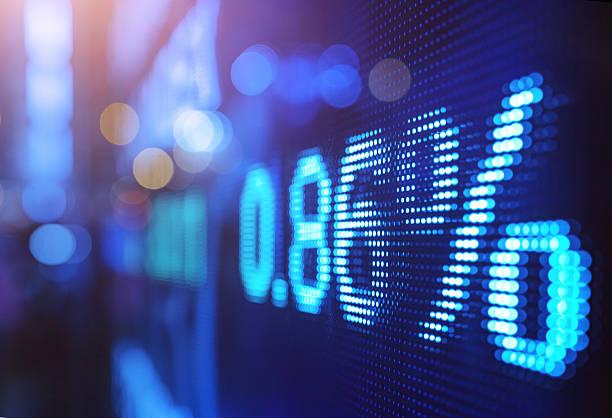 anzeige lager markt zahlen mit unscharf gestellt lichter hintergrund - hang seng index stock-fotos und bilder