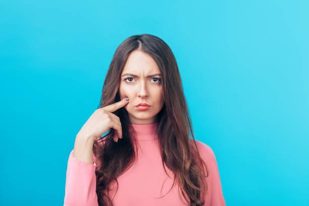 Unzufriedene kapriziöse Frau auf blauem Hintergrund isoliert – Foto