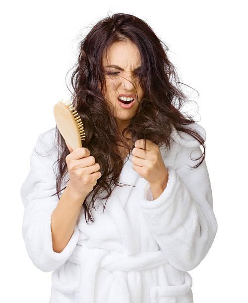 verärgert mädchen mit verheddert haar - krause haare stock-fotos und bilder