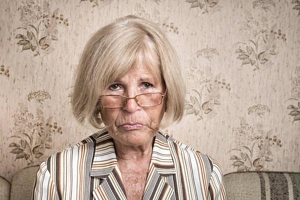 verärgert alten lady - 70 jahre kleidung stock-fotos und bilder