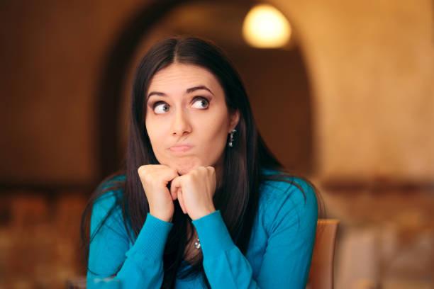Unzufriedene junge Frau, die zimperlich aussieht – Foto