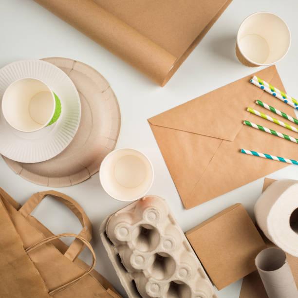 emballage jetable. consommation de marchandises - écologiste rôle social photos et images de collection
