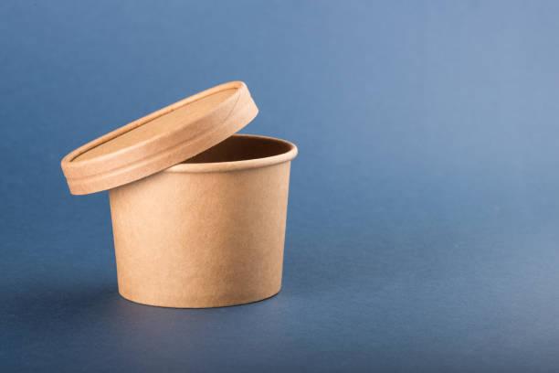 einweg-papierbehälter mit mütze für suppe auf blauem hintergrund - schnelle suppen stock-fotos und bilder