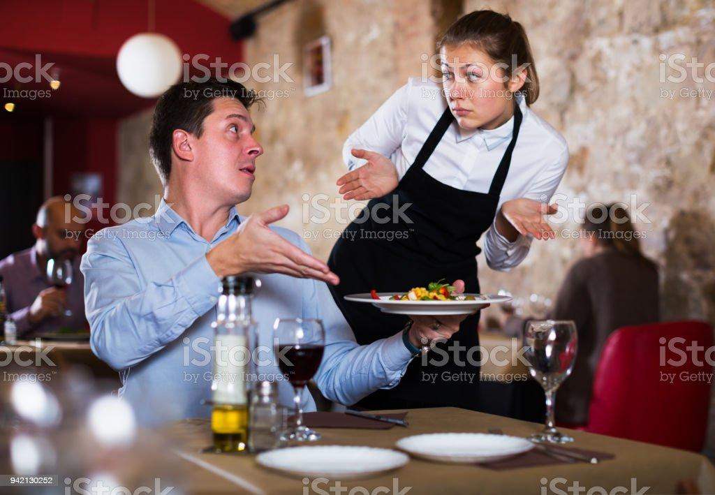 Homem insatisfeito no restaurante - foto de acervo