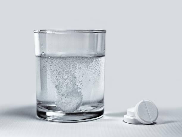 efervesan tablet eriterek - aspirin stok fotoğraflar ve resimler