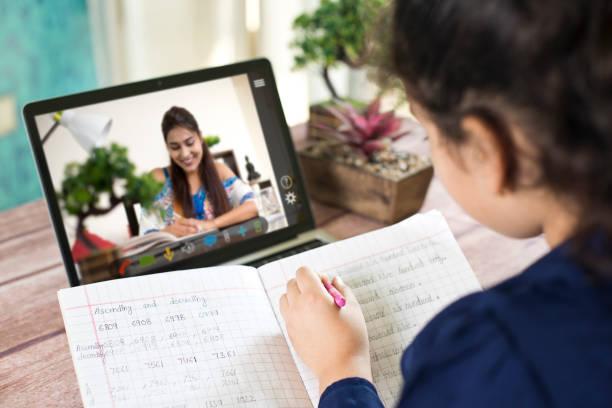 Fernlernen von zu Hause aus auf Videokonferenz – Foto