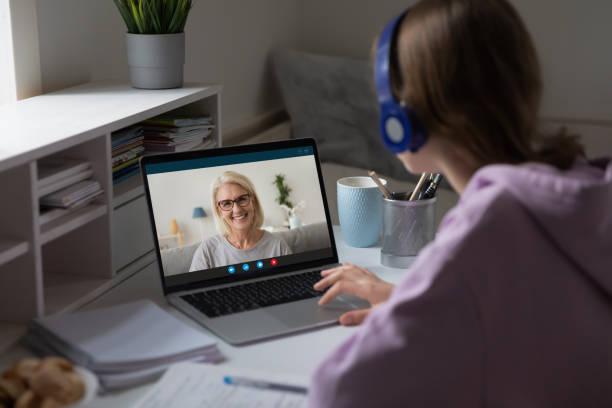 Fernunterricht mit Lehrern mittleren Alters mit Videokonferenzanwendung – Foto
