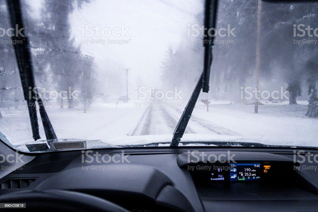 Fernen Schneepflug LKW auf Straße voraus zwischen Scheibenwischer – Foto