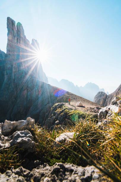 fernansicht des wohnmobils mit zelt in den bergen - zelt stehhöhe stock-fotos und bilder