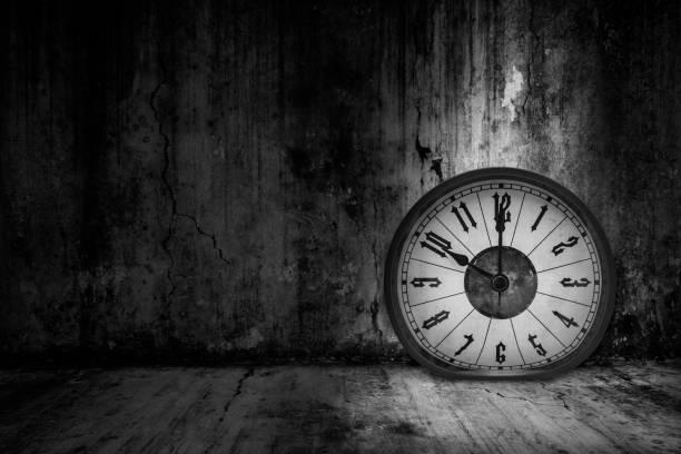 Verzerrte weiche Schmelzuhr im dunklen Raum trübe Licht, Konzept, wertvolle Zeit im Geschäft zu verlieren – Foto
