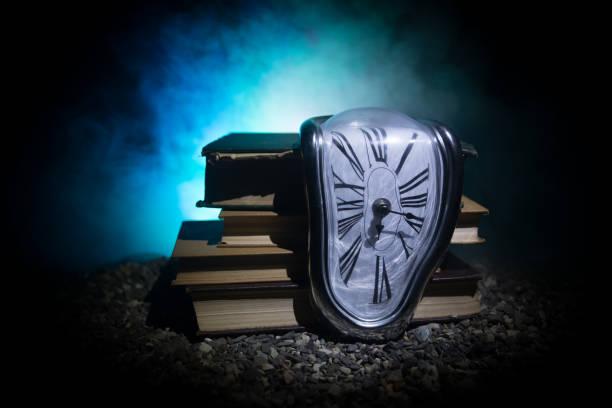 reloj de fusión suave distorsionado en un banco de madera, la persistencia de la memoria de salvador dalí - e=mc2 fotografías e imágenes de stock