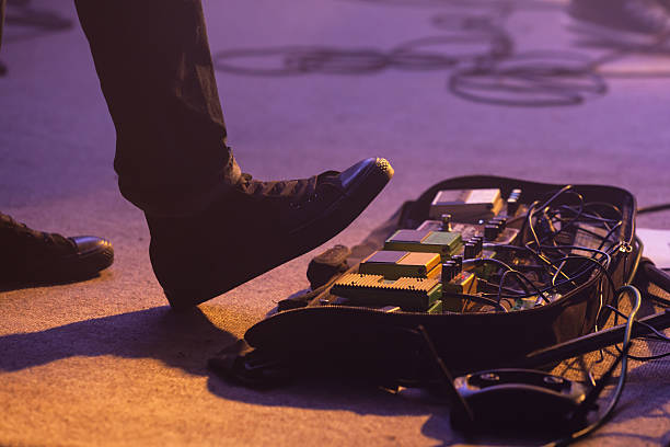 distortion effect pedals under foot - kabelschuhe stock-fotos und bilder