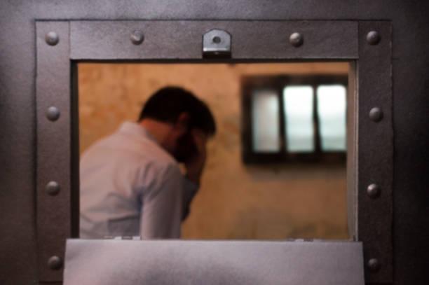 prisonnier désemparé - prison photos et images de collection