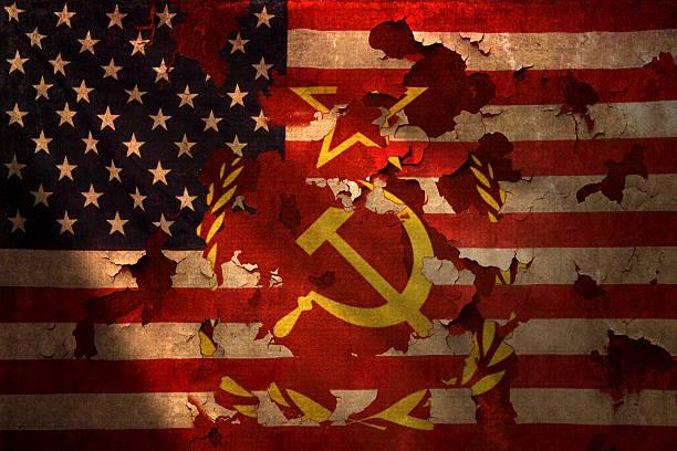 ディストレスト加工のアメリカの国旗に共産主義を示すシンボルスルー - 共産主義 ストックフォトと画像