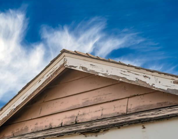 distressed dachlinie mit verblassten und chipping farbe. - farbe gegen schimmel stock-fotos und bilder