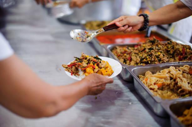 Verteilen Sie kostenloses Essen für die Armen - Anteil Nahrung für die hungrigen – Foto