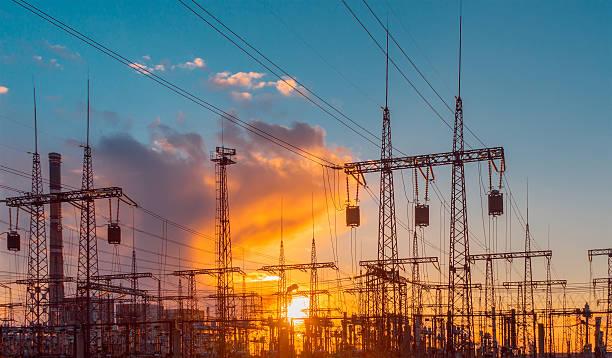 distribuzione elettrica sottostazione elettrica con linee e trasformatori, al tramonto - rete elettrica foto e immagini stock