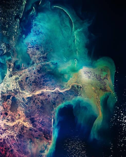 그것은 미시시피 강에서 진흙 민물의 분포 패턴 멕시코만 흐른다. 뉴 올 리 언 즈입니다. 화려한 콜라주입니다. nasa에서 제공 하는이 이미지의 요소입니다. - 인공위성 뷰 뉴스 사진 이미지
