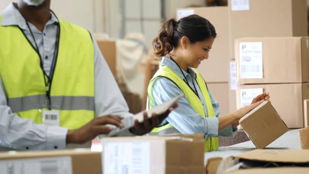 distributie magazijnmedewerkers bereiden pakketten voor verzending - warehouse worker stockfoto's en -beelden