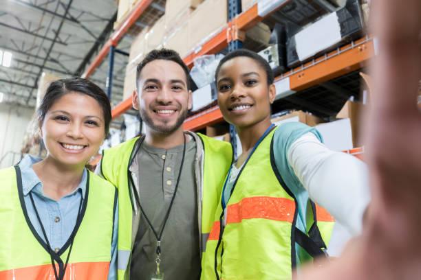 distributie magazijnmedewerkers nemen selfie - warehouse worker stockfoto's en -beelden