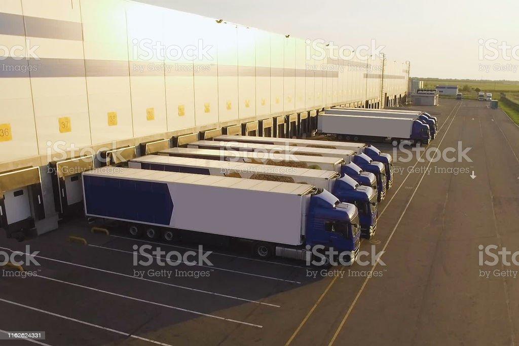 配送倉庫,卡車等待裝載 - 免版稅停車場圖庫照片