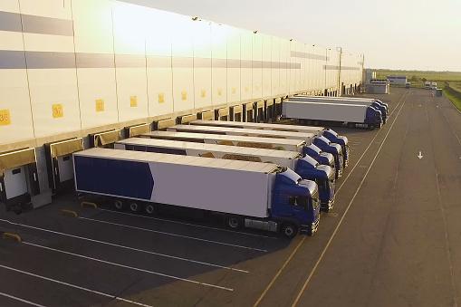 配送倉庫卡車等待裝載 照片檔及更多 停車場 照片