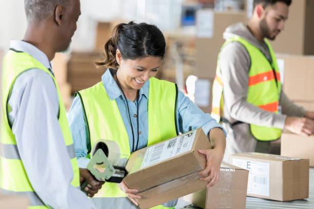 distributie magazijn werknemers zegel pakketten - warehouse worker stockfoto's en -beelden