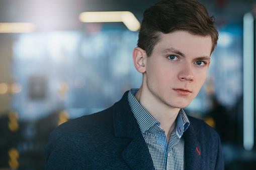 Wantrouwend Sceptisch Jonge Man Portret Carrière Stockfoto en meer beelden van Achterdocht