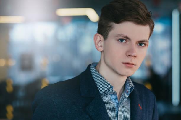 wantrouwend sceptisch jonge man portret carrière - portait background stockfoto's en -beelden
