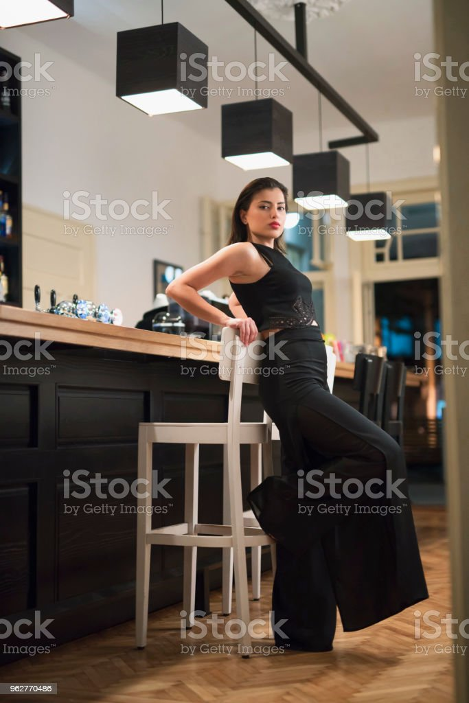 Diva At The Bar - Foto stock royalty-free di Abito firmato