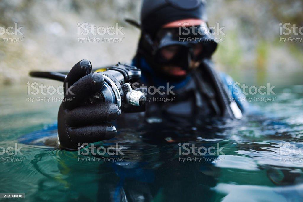 Mergulhador se preparando para mergulhar - foto de acervo