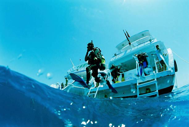Plongeur sauter dans l'eau - Photo