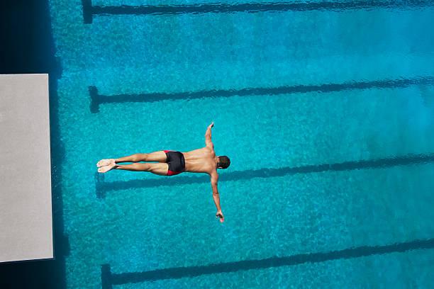 plongeur midair entrer dans la piscine - plonger dans photos et images de collection