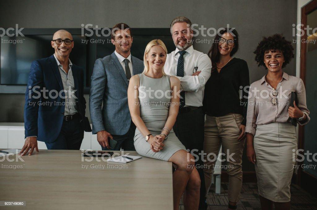 Verschiedene Business-Profis zusammen im Tagungsraum – Foto