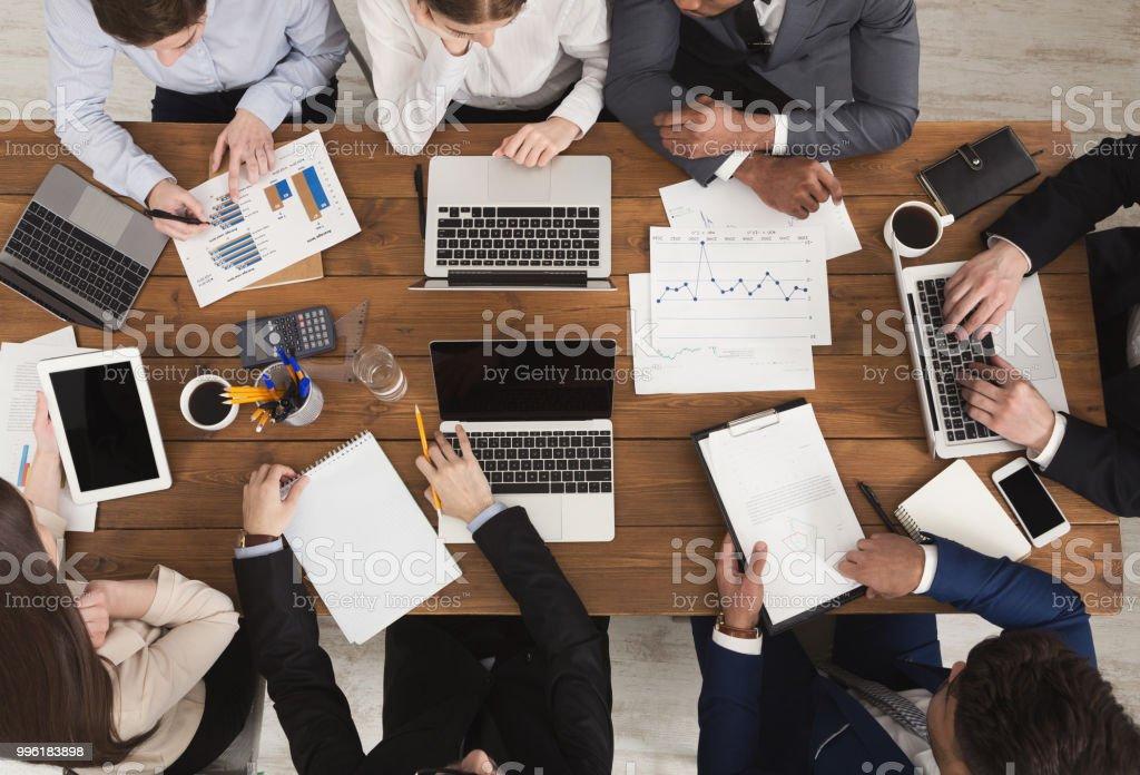 Skiftande business-team vid möte - Royaltyfri Affärsmänniska Bildbanksbilder