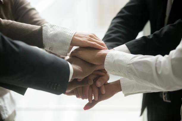충성도, 근접 촬영 약속의 더미를 들고 다양 한 비즈니스 팀 - 책임 뉴스 사진 이미지