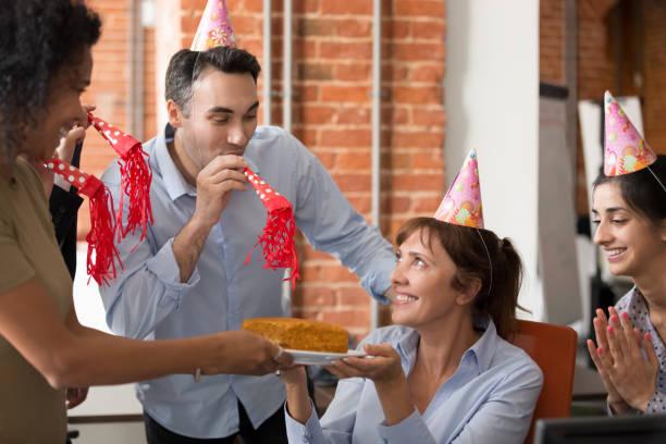vielfältige fröhliche freundliche mitarbeiter gratulieren reifen kollegen alles gute zum geburtstag - geburtstagsgeschenke für beste freundin stock-fotos und bilder