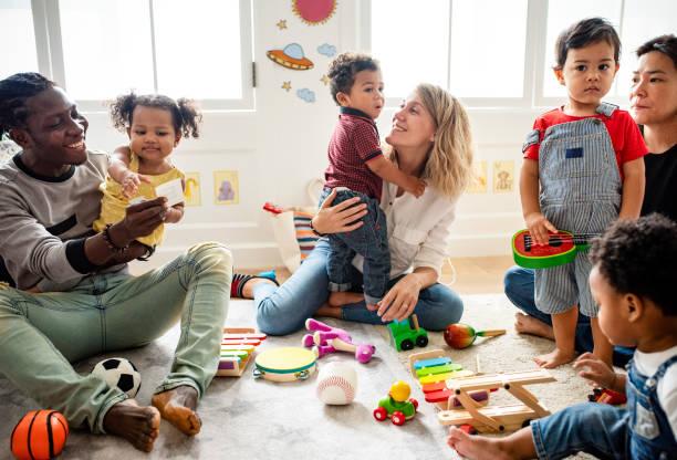 olika barn njuta av leker med leksaker - förälder bildbanksfoton och bilder