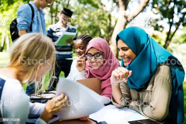 屋外勉強している多様な子供 - アウトドアのストックフォトや画像を多数ご用意