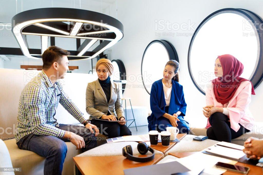 多様なクリエイティブ チームのアイデアを議論します。 - つながりのロイヤリティフリーストックフォト